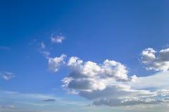 Mycket vita sceniska moln som är höga i blå himmel på en solig dag, atmosfärskyscape arkivbilder