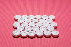 Mycket vita släta konvexa minnestavlor med en delande remsa på en rosa randig bakgrund, i formen av en rektangel royaltyfri foto