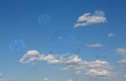 Mydlani bąble przeciw niebu Zdjęcie Stock