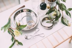 Mydlarnia i kosmetyki na opatrunkowym stole w świetle dziennym Zdjęcie Stock