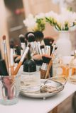 Mydlarnia i kosmetyki na opatrunkowym stole z lustrem Fotografia Royalty Free