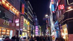 Myeong-dong shoppingområde i Seoul på natten Arkivfoto
