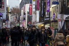 Myeongdong汉城韩国拥挤的街  免版税库存照片