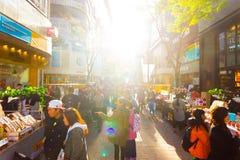 Myeongdong Backlit Robiący zakupy ulicę Prowiantowy Seul H zdjęcia royalty free