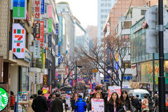 Myeongdong-Einkaufsstraße in Seoul-Stadt stockfoto