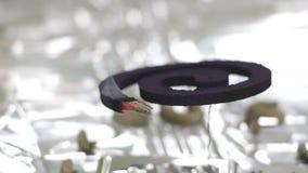 Myggaimpregneringsmedel i ett rum som förläggas på en silverfolie stock video