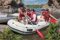 Mygiya/de Oekraïne - Juli 22 2018: Het team van vrouwen op het rafting royalty-vrije stock foto