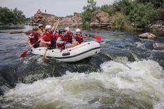Mygiya/Ucrania - 22 de julio de 2018: El grupo de hombres y de mujeres, goza el transportar en balsa en el río imágenes de archivo libres de regalías
