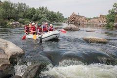 Mygiya/Ukraine - 22 juillet 2018 : Le groupe des hommes et de femmes, ont plaisir à transporter par radeau à la rivière image libre de droits