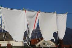 Myjący biali fartuchy suszą w gorącym słońcu w wiosce zdjęcie stock