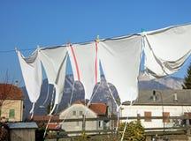 Myjący biali fartuchy suszą w gorącym słońcu w wiosce obrazy stock