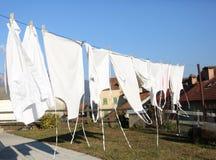Myjący biali fartuchy suszą w gorącym słońcu w wiosce obrazy royalty free