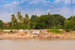 Myjący odziewa na rzecznym Irrawaddy, Mandalay, Myanmar, Birma Odbitkowa przestrzeń dla teksta obraz stock