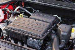 Myjący samochodowy silnik pojęcie opieka dla elementów pod kapiszonem fotografia stock
