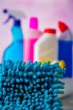 Myje i czyści pojęcie, czyścić ustawiam na jaskrawym tle Zdjęcia Stock