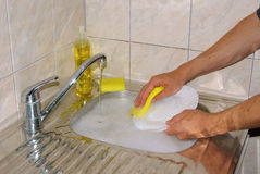 Myje naczynia Obrazy Royalty Free