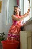 myje nadokiennej kobiety Zdjęcia Royalty Free