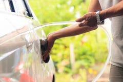 Myje samochód Zdjęcia Stock