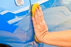 Myje samochód Obrazy Stock