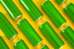 MYKOLAIV, ΟΥΚΡΑΝΙΑ - 14 ΝΟΕΜΒΡΊΟΥ 2018: Δοχεία της Coca-Cola στο υπόβαθρο χρώματος στοκ εικόνα με δικαίωμα ελεύθερης χρήσης