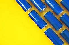 MYKOLAIV, ΟΥΚΡΑΝΙΑ - 14 ΝΟΕΜΒΡΊΟΥ 2018: Τα δοχεία της Coca-Cola στο υπόβαθρο χρώματος, επίπεδο βάζουν στοκ εικόνα
