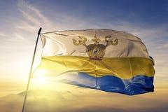 Mykolaiv Oblast του υφαντικού υφάσματος υφασμάτων σημαιών της Ουκρανίας που κυματίζει στη τοπ ομίχλη υδρονέφωσης ανατολής απεικόνιση αποθεμάτων