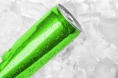 MYKOLAIV, UCRÂNIA - 15 DE NOVEMBRO DE 2018: Coca Cola pode em cubos de gelo imagem de stock royalty free