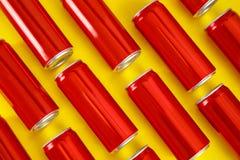 MYKOLAIV, UCRÂNIA - 14 DE NOVEMBRO DE 2018: Latas de Coca-Cola no fundo da cor imagem de stock