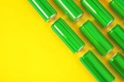 MYKOLAIV, UCRÂNIA - 14 DE NOVEMBRO DE 2018: Latas de Coca-Cola no fundo da cor, configuração lisa imagem de stock