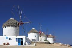 Mykonos baja los molinoes de viento imagenes de archivo