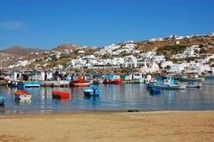 Mykonos - bateaux et maisons colorés de flanc de coteau Image stock