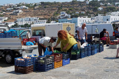 Mykonos, Grecia - 13 agosto 2016: Prodotti locali di vendita dei venditori alla linea costiera fotografia stock libera da diritti