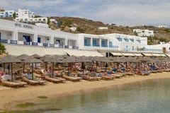 MYKONOS, GRECIA - 9 DE JUNIO DE 2010: Gente que disfruta de vacaciones en el MED Foto de archivo