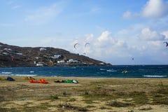 Mykonos, Grecia - 28 de septiembre de 2017: Kitesurfing, clase de extremo windsurf los deportes acuáticos del embarque en fuerte  Foto de archivo