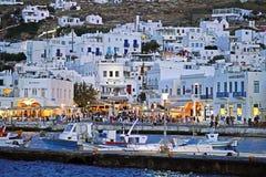 Mykonos, Grecia, l'11 settembre 2018, visualizzazione di notte dell'agitarsi e centro vivace della porta di Chora immagini stock