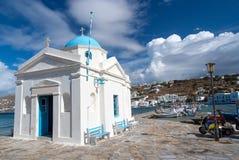 Mykonos Grecja, Maj, - 04, 2010: kościelny budynek na dennym quay z ładną architekturą Agios Nikolaos kościół przy nadmorski dale Obraz Stock