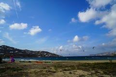 Mykonos Grecja, Wrzesień, - 28, 2017: Kitesurfing krańcowi wodni sporty w silnym wiatrze dla windsurfer aktywności przy Korfos, j Obrazy Royalty Free