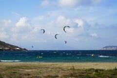 Mykonos Grecja, Wrzesień, - 28, 2017: Kitesurfing krańcowi wodni sporty w silnym wiatrze dla windsurfer aktywności przy Korfos, j Obraz Royalty Free