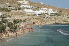 Mykonos, Griechenland - 13. August 2016: Paradiesstrand gefüllt mit Touristen Stockfotografie