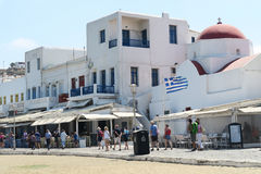 Mykonos, Griechenland - 13. August 2016: Touristen an der Küstenlinie der Stadt Lizenzfreie Stockfotos
