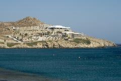 Mykonos, Griekenland - Augustus 13 2016: De clubmening van Cavoparadiso over Paradijsstrand Stock Foto
