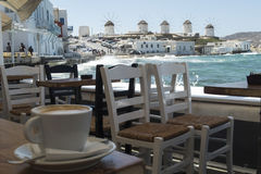 Mykonos, Griekenland - Augustus 14 2016: Koffie met een mening van de windmolens Royalty-vrije Stock Afbeelding