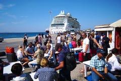 Mykonos, Griekenland, 12 de Toeristen van September 2018 van diverse nationaliteiten die op de diverse veerboten wachten in te sc royalty-vrije stock foto