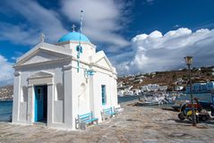 Mykonos, Griekenland - Mei 04, 2010: kerk die op overzeese kade met aardige architectuur voortbouwen Agios Nikolaos-kerk bij kust Stock Afbeelding