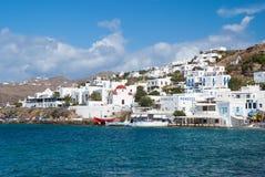 Mykonos, Griekenland - Mei 04, 2010: overzeese dorp of stad op berglandschap Huizen op zee kust op blauwe hemel De zomer Stock Afbeelding