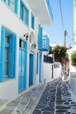 Mykonos, Griekenland, 11 September 2018, Dagmening van een typische smalle straat in het historische centrum royalty-vrije stock foto's