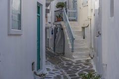 Mykonos, Griekenland vergoelijkte stegen stock fotografie