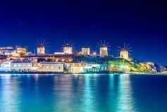 Mykonos-Hafen mit Booten und Windmühlen am Abend, die Kykladen-Inseln stockbilder