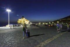 Mykonos hamn vid natt Arkivfoto