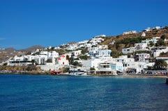 Mykonos - hogares blanqueados en el agua Imagenes de archivo